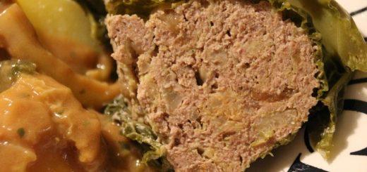 Rezept: Röstzwiebelhackbraten im Wirsingmantel