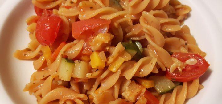 Rezept: Rote Linsen Nudeln mit Zucchini-Tomaten-Chili-Gemüse (Low Carb)