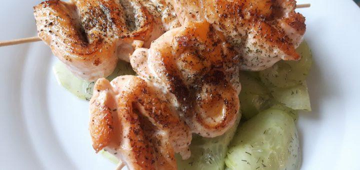 Rezept: Zitronen-Dill-Lachs-Spieße auf Dill-Gurkensalat