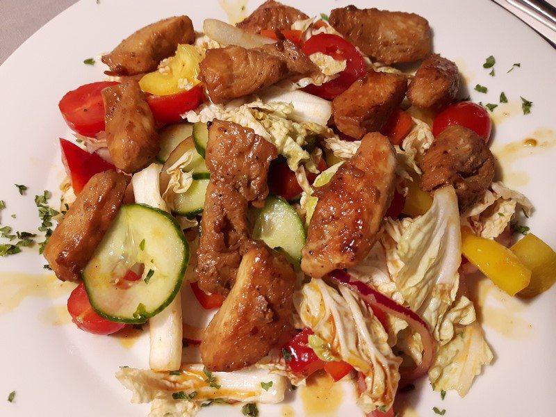 """Rezept: Chinakohlsalat """"Süß-Sauer"""" mit Hähnchenstreifen"""